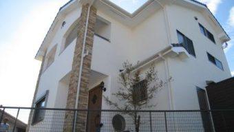 美しい白壁の家のサムネイル