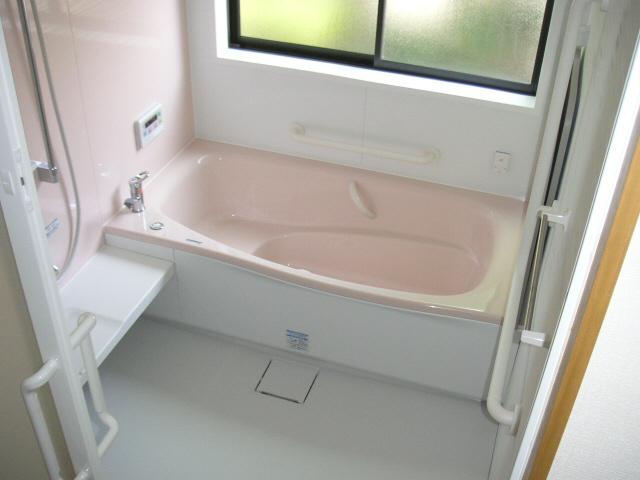 リフォーム後の浴室の様子。明るく清潔な浴室に生まれ変わりました。