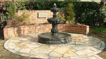 外庭の噴水のサムネイル